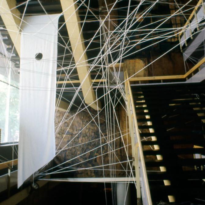 """Instalacija """"Linearni prostori br.3 Dom omladine Beograda 1987–1988. godine"""